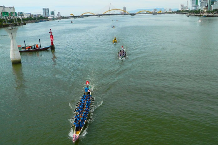 traditional boat race han river da nang