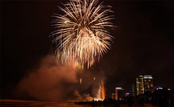events-in-da-nang-2017-new-year-fireworks-display-on-beach